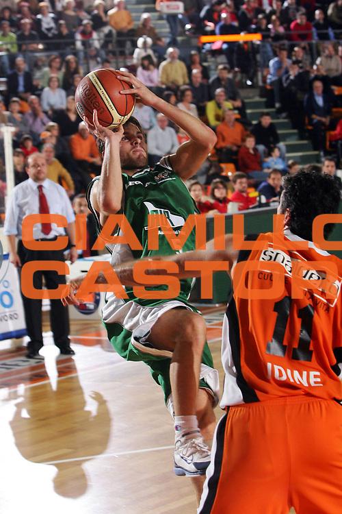 DESCRIZIONE : Udine Lega A1 2005-06 Snaidero Udine Air Avellino <br /> GIOCATORE : Ferrara <br /> SQUADRA : Air Avellino <br /> EVENTO : Campionato Lega A1 2005-2006 <br /> GARA : Snaidero Udine Air Avellino <br /> DATA : 13/11/2005 <br /> CATEGORIA : Tiro <br /> SPORT : Pallacanestro <br /> AUTORE : Agenzia Ciamillo-Castoria/S.Silvestri <br /> Galleria : Lega Basket A1 2005-2006 <br /> Fotonotizia : Udine Campionato Italiano Lega A1 2005-2006 Snaidero Udine Air Avellino <br /> Predefinita :
