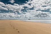 Strand bei Genets mit Blick auf Mont Saint Michel in der Ferne, Basse Normandie, Frankreich
