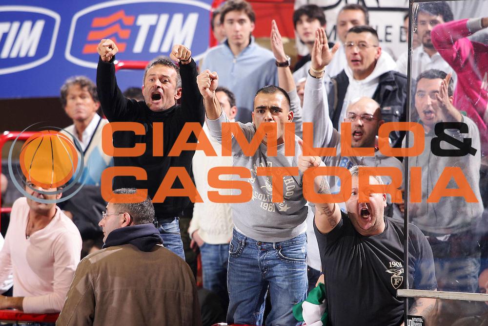 DESCRIZIONE : Forli Lega A1 2005-06 Coppa Italia Final Eight Tim Cup Climamio Fortitudo Bologna Lottomatica Virtus Roma <br /> GIOCATORE : Tifosi Montorro <br /> SQUADRA : Climamio Fortitudo Bologna <br /> EVENTO : Campionato Lega A1 2005-2006 Coppa Italia Final Eight Tim Cup Quarti Finale <br /> GARA : Climamio Fortitudo Bologna Lottomatica Virtus Roma <br /> DATA : 16/02/2006 <br /> CATEGORIA : Delusione <br /> SPORT : Pallacanestro <br /> AUTORE : Agenzia Ciamillo-Castoria/S.Silvestri