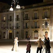 Wedding couple in Syracuse, Italy. Couple de marié en séance de photo à Syracuse, Italie.