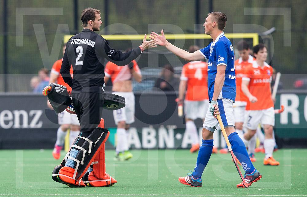 BLOEMENDAAL - HOCKEY - Philip Meulenbroek  (r)   van Kampong met Jaap Stockmann van Bloemendaal .  Eerste  wedstrijd play offs in de hoofdklasse hockey competitie tussen de mannen van Bloemendaal en Kampong (2-3) . COPYRIGHT KOEN SUYK
