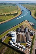 Nederland, Zeeland, Zuid-Beveland, 12-06-2009; Kanaal door Zuid-Beveland, gezien naar de Westerschelde. Onder in beeld bedrijventerrein Choorhoek met silo's en loodsen van CZAV (agrarische cooperatie) en het tankerpark van Ecotank (opslag van melasse, biodiesel en plantaardige olien en vetten).Swart collectie, luchtfoto (25 procent toeslag); Swart Collection, aerial photo (additional fee required).foto Siebe Swart / photo Siebe Swart