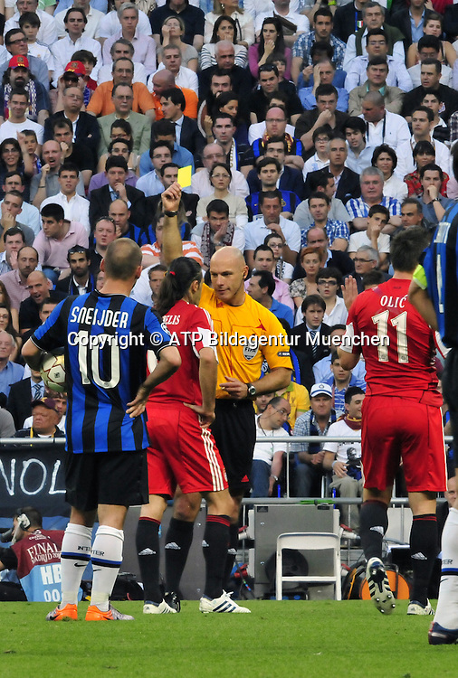 Madrid 22.05.2010 - Martin Demichelis gets a yello warning from the referee Howard WEBB (UK) - Fussball Spiel - INTER Mailand gegen FcBayern - Football Match Champions League Final - Inter MILAN vs Fc BAYERN - FC. Internationzionale MILANO - <br /> Photo Credit: &copy; ATP / Anthony STANLEY