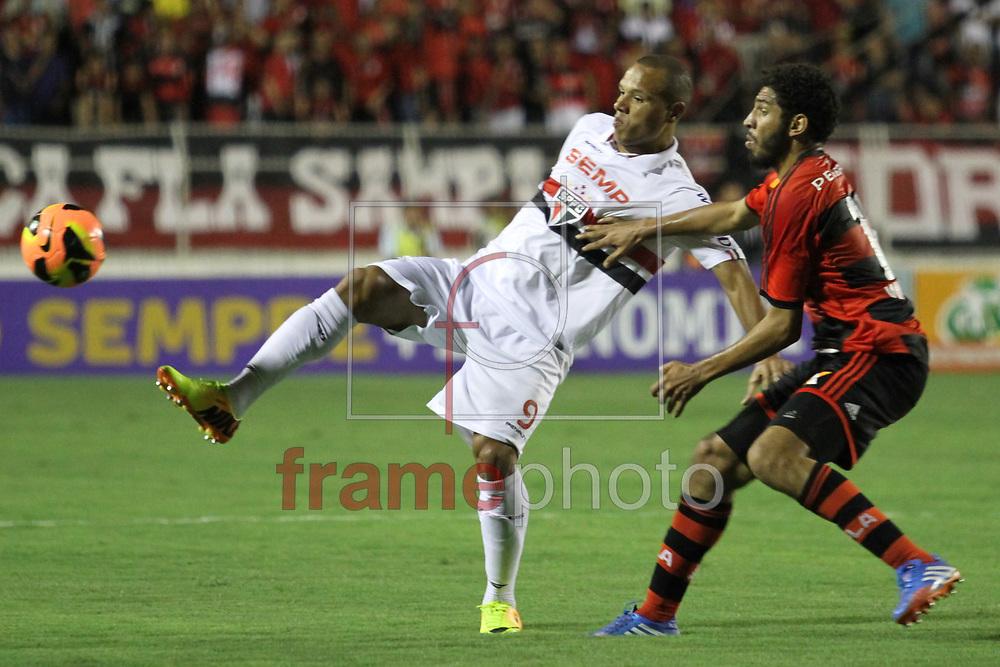 Itu, SP - São Paulo x Flamengo - Campeonato Brasileiro, Luis Fabiano tenta dominar a bola, no Estádio Novelli Junior, interior de São Paulo - 13/11/2013 - Luciano Claudino/Frame