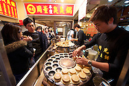 Shilin Night Market 士林夜市 - Buttermilk pancakes with redbean filling 福氣紅豆餅