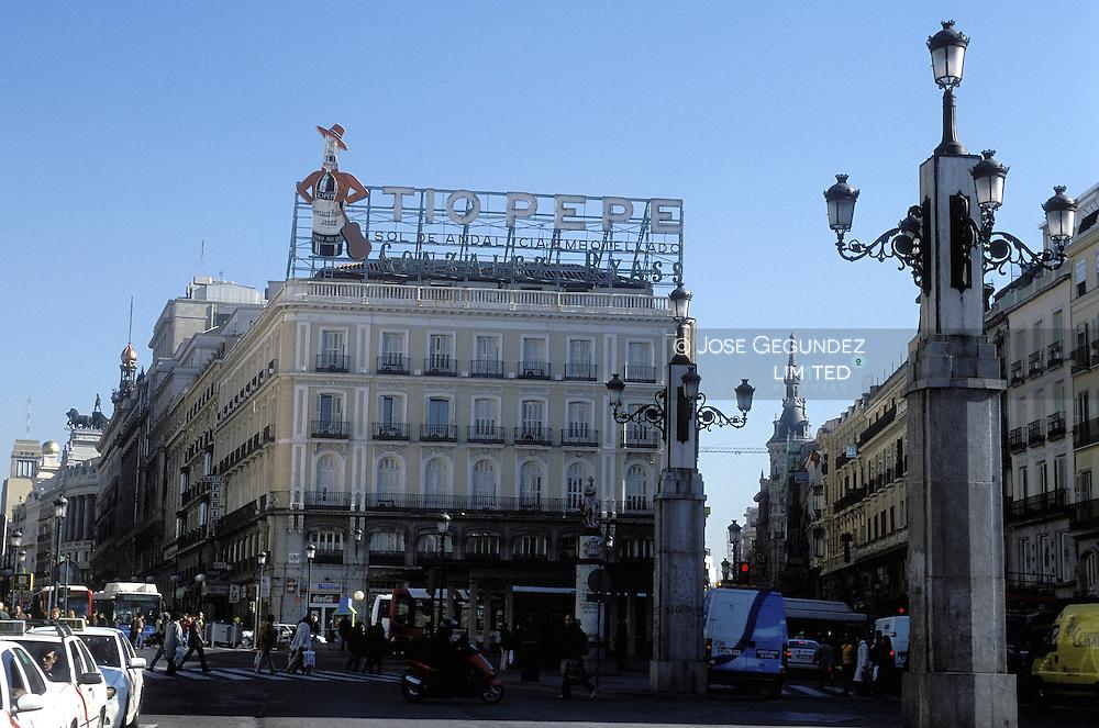 UN RECORRIDO POR EL MADRID DEL SIGLO XXI. PUERTA DEL SOL DE MADRID CON EL EDIFICIO DEL TIO PEPE AL FONDO