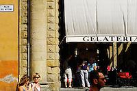 Italie, Emilie-Romagne, Bologne, glacier sur la piazza del Nettuno// Italy, Emilia-Romagna, Bologna, icecream shop on the piazza del Nettuno
