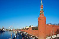 Russie, Moscou, le Kremlin classé Patrimoine Mondial de l'UNESCO, la rivière Moskova au premier plan // Russia, Moscow, the Kremlin Wall and Moskova river