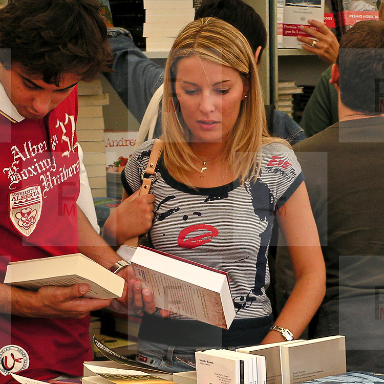 Festivaletteratura offers five days of readings, meetings with writers and shows. Since 1997 Festivaletteratura has become a regular rendez-vous for book lovers to meet writers, and actors in the piazzas and streets of Mantua.<br /> <br /> The festival visitors are reading the bookstore.