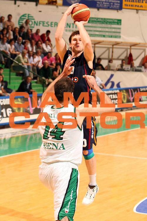 DESCRIZIONE : Siena Lega A1 2005-06 Play Off Quarti Finale Gara 3 Montepaschi Siena Lottomatica Virtus Roma <br /> GIOCATORE : Tusek<br /> SQUADRA : Lottomatica Virtus Roma<br /> EVENTO : Campionato Lega A1 2005-2006 Play Off Quarti Finale Gara 3<br /> GARA : Montepaschi Siena Lottomatica Virtus Roma <br /> DATA : 23/05/2006 <br /> CATEGORIA : Tiro<br /> SPORT : Pallacanestro <br /> AUTORE : Agenzia Ciamillo-Castoria/E.Castoria