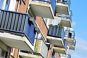 Nederland, Nijmegen, 1-8-2017Flats in de Aubadestraat in de wijk Neerbosch Oost. De bewoners van deze appartementen mogen niet meer op hun balkon komen vanwege instortingsgevaar, gevaar voor afbreken omdat ze gevoelig zijn voor betonrot en constructiemoeheid. Ze worden beheerd door vastgoedbedrijf Hestia.  Neerbosch-Oost is een stadsuitbreiding met veel sociale woningbouw van Nijmegen zoals die in de jaren 60, begin jaren 70 in veel grote steden plaatsvond, met veel flatbouw. Foto: Flip Franssen
