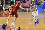 DESCRIZIONE : Roma Lega A 2011-12 Acea Virtus Roma Sidigas Avellino<br /> GIOCATORE : Alessandro Tonolli Taquan Dean<br /> CATEGORIA : equilibrio passaggio<br /> SQUADRA : Acea Virtus Roma Sidigas Avellino<br /> EVENTO : Campionato Lega A 2011-2012<br /> GARA : Acea Virtus Roma Sidigas Avellino<br /> DATA : 18/12/2011<br /> SPORT : Pallacanestro<br /> AUTORE : Agenzia Ciamillo-Castoria/GiulioCiamillo<br /> Galleria : Lega Basket A 2011-2012<br /> Fotonotizia : Roma Lega A 2011-12 Acea Virtus Roma Sidigas Avellino<br /> Predefinita :