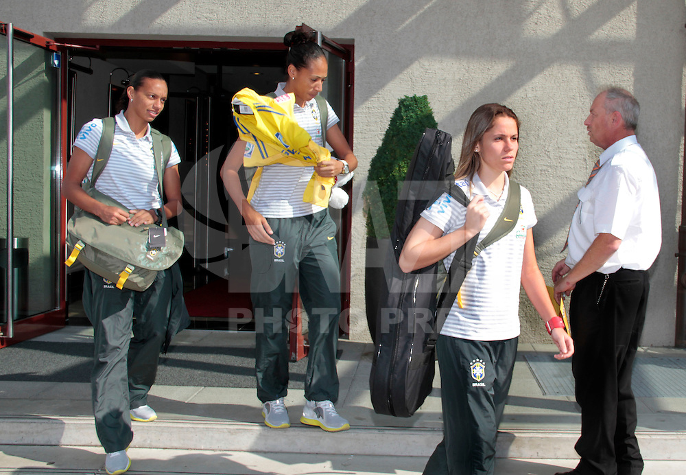 DRESDEN, ALEMANHA, 11 DE JULHO DE 2011 - SELECAO FEMININA DEIXA HOTEL EM DRESDEN - E-d Rosana, Aline e Thais jogadoras da selecao brasileira de futebol feminino e vista deixando o Maritim Hotel na cidade de Dresden, nesta segunda-feira (11), ontem a equipe foi eliminada nos pênaltis pelos Estados Unidos em jogo valido pelas quartas-de-finais da Copa do Mundo de Futebol Feminino que acontece na Alemanha. (FOTO: VANESSA CARVALHO - NEWS FREE).