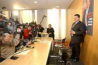 """10 DEC 2002, BERLIN/GERMANY:<br /> Sigmar Gabriel (R), SPD, Ministerpraesident Niedersachsen, Kamerateams und Fotografen, vor der Vorstellung von Gabriels Buch """"Mehr Politik wagen"""", Haus der Bundespressekonferenz<br /> IMAGE: 20021210-01-003<br /> KEYWORDS: Buchvorstellung, Ministerpräsident, Präsentation, Praesentation, book, Journalist, Journalisten"""