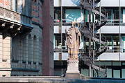 Brueckenfigur, Nikolaifleet, Buerohaus, Trostbruecke, Hamburg, Deutschland.|.sculpture on bridge, Nicolai Canal, Trost Bridge, Hamburg, Germany
