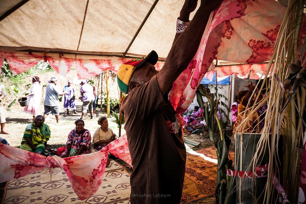 Du don jusqu'au décoration de mariage, tout est emporté par le clan de l'époux Les hommes du clan de la femme restent observateur de la scène.