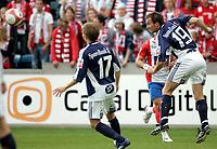 Fotball , 5. juni 2006, Tippeligaen Eliteserien , FC Lyn Oslo - Viking FK , Vikings Trygve Nygaard header . Jone Samuelsen med ryggen til Foto: Kasper Wikestad