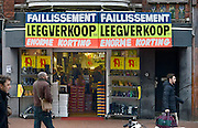 Nederland, Nijmegen, 30-12-2013Een schoenenwinkel houdt leegverkoop vanwege een faillisement.In de binnenstad van Nijmegen komen steeds meer winkels leeg te staan. Winkeliers in de binnenstad, binnensteden, hebben naast de crisis ook veel last van verkoop van producten via internet.Foto: Flip Franssen/Hollandse Hoogte