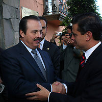 Metepec, Mex.- Enrique Martinez y Martinez (izq), ex Gobernador del estado de Coahuila, saluda al gobernador Enrique Peña Nieto antes de de dar inicio a la Reunion con Dirigentes del Organizaciones Adherentes. Agencia MVT / Javier Rodriguez. (DIGITAL)<br /> <br /> <br /> <br /> <br /> <br /> <br /> <br /> NO ARCHIVAR - NO ARCHIVE