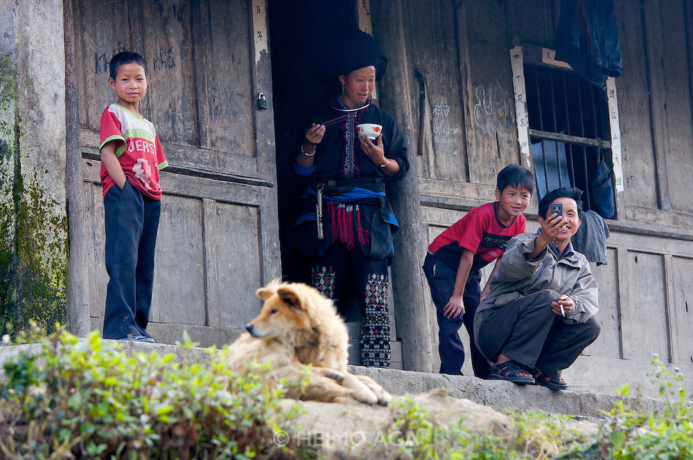 On the road from Pa Tan to Sinho. Black Hmong family.