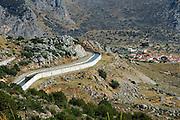 Griekenland, delphi, 5-7-2008Irrigatiekanaal langs een berghelling. Water, droogte, landschap,irrigatie,watervoorziening,landbouw,klimaat,regenvalFoto: Flip Franssen