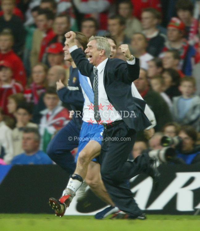 CARDIFF, WALES - Wednesday, November 19, 2003: Russia's coach Georgi Jartcev and Egor Titov celebrate their 1-0 victory over Wales during the Euro 2004 Qualification Play Off match at the Millennium Stadium. (Pic by David Rawcliffe/Propaganda)