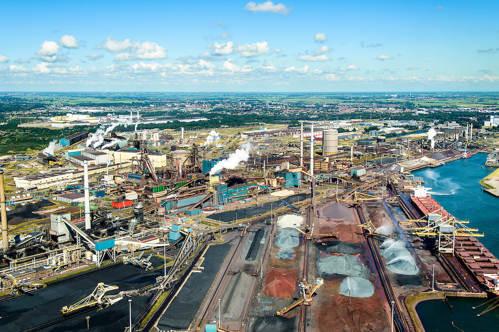 Nederland, Noord-Holland, IJmuiden, 01-08-2016; Velsen-Noord, Noorderbuitenkanaal en Hoogovenkanaal met bulk carriers voor erts en kolen. Terrein van Tata Steel met hoogovens.<br /> Tata Steel industrial site, steel works.<br /> <br /> luchtfoto (toeslag op standard tarieven);<br /> aerial photo (additional fee required);<br /> copyright foto/photo Siebe Swart