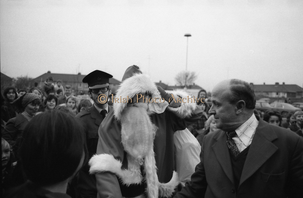 Santa at Crumlin Shopping Centre <br /> 27/11/1976<br /> 11/27/1976<br /> 27th November 1976<br /> Santa Claus on his Christmas visit to Crumlin Shopping Centre.