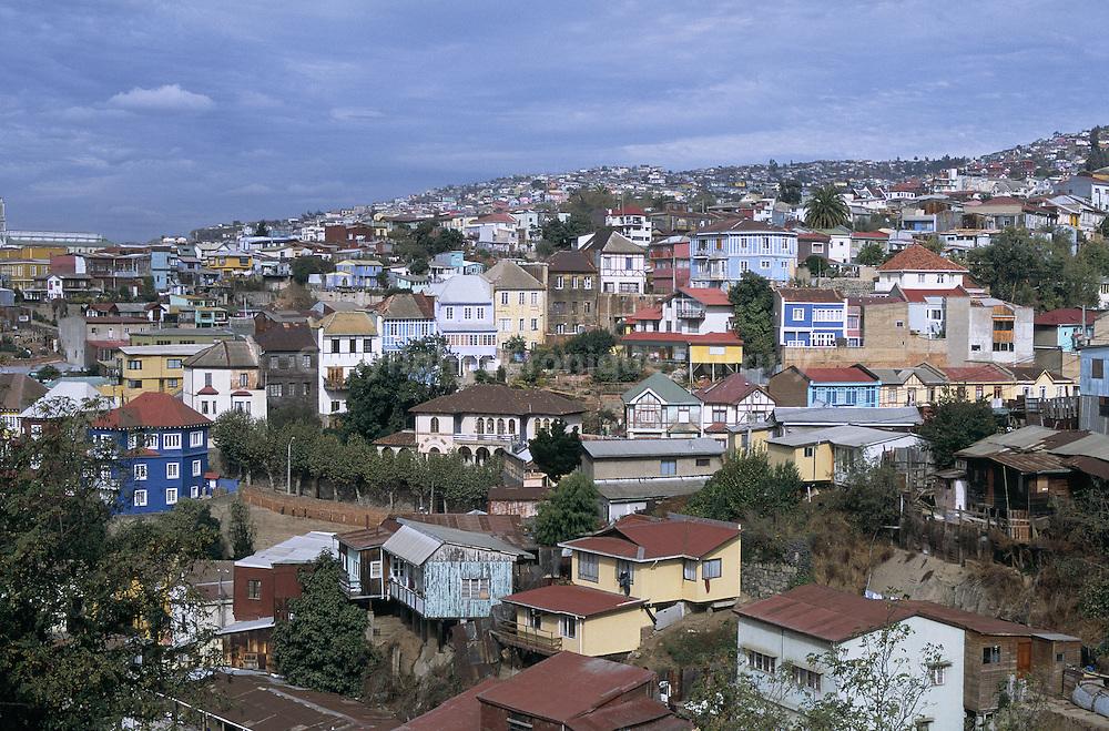 LES MAISONS MULTICOLORES DES COLLINES DE VALPARAISO AU CHILI