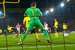 30.09.2010, Signal Iduna Park, Dortmund, GER, UEFA EL Gruppe J, Borussia Dortmund  vs Sevilla FC , im Bild die Entscheidung in der Nachspielzeit der ersten Halbzeit  Luca Cigarini ( Sevilla #19 ) ( 2.v.li ) zieht ab und Roman Weidenfeller ( Dortmund  #01 ) kann den Ball nciht mehr zum 0:1 erreichen Aufgenommen mit der Hintorremote Kamera  EXPA Pictures © 2010, PhotoCredit: EXPA/ nph/  Kokenge+++++ ATTENTION - OUT OF GER +++++