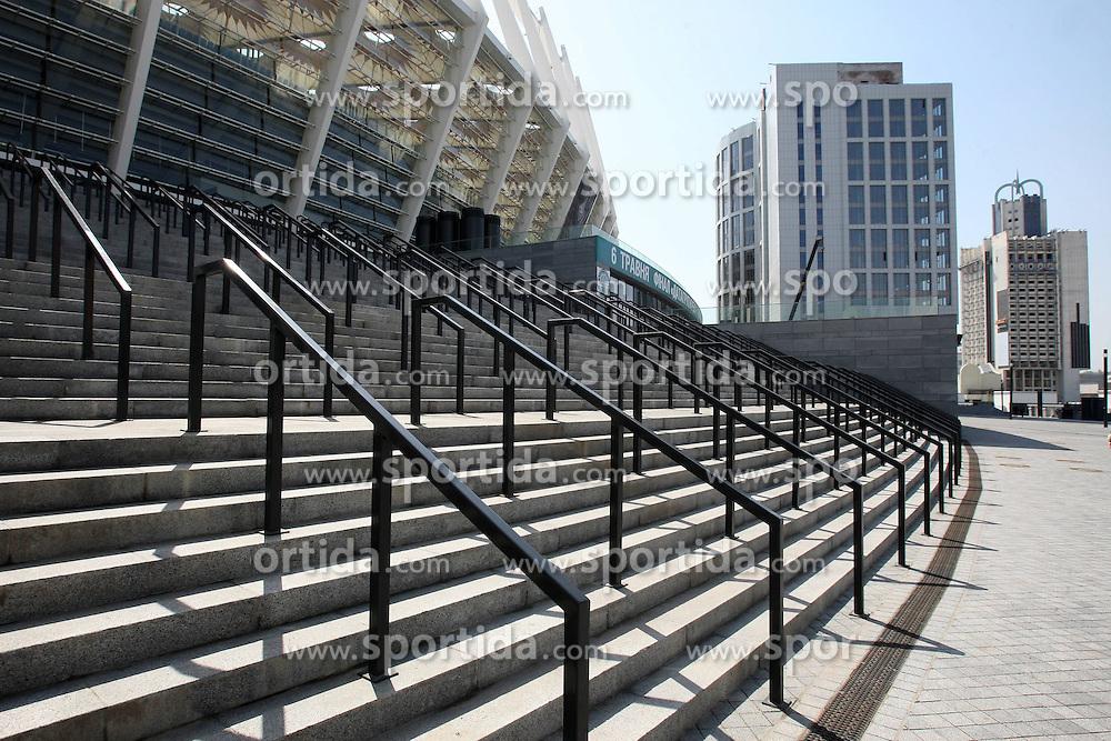02.05.2012, Naionalstadion, Kiew, UKR, UEFA Euro 2012, im Bild Features aus dem neu errichtetem Olympiastadion es war das Nationalstadion der Ukraine in der Hauptstadt Kiew.Das Stadion ist als Endspielort für die Fußball-Europameisterschaft 2012 vorgesehen. Dafür wurde es seit Dezember 2008 nach Plänen des Architekturbüros von Gerkan, Marg und Partner komplett umgebaut und erhielt u. a. eine komplette Überdachung der Tribünen mit integrierter Flutlichtanlage.[1] Es hält seitdem 70.050 Sitzplätze für die Besucher zu Fußballspielen bereit. Zur Euro 2012 werden aufgrund des Mehrbedarfs der Journalisten und Berichterstatter den Zuschauern nur 65.720 Plätze zur Verfügung gestellt. EXPA Pictures © 2012, PhotoCredit: EXPA/ Newspix/ Piotr Kucza..***** ATTENTION - for AUT, SLO, CRO, SRB, SUI and SWE only *****