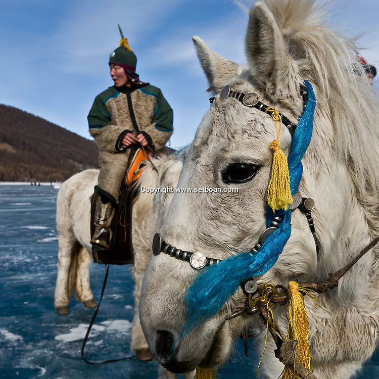 Mongolia. Gengis khan and an  archer, Ice festival on the frozen Khuvsgul lake. - siberia border - for the mongol new year ,  tsagaan sar, in the cold winter   Khuvsgul province -   /  armee de Gengis Khan, cheval et archer, Festival des glaces sur le lac gelé de Khovsgol - frontiere siberienne-  pour Tsagan sar; le nouvel an mongol, en hivoir dans le froid   Khovgul  - Mongolie /  L0055880D