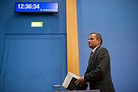 DEU, Deutschland, Germany, Berlin, 18.12.2014: Der frühere SPD-Bundestagsabgeordnete Sebastian Edathy nach einem Statement in der Bundespressekonferenz zu den Ermittlungen wegen des Verdachts auf Besitz von Kinderpornographie gegen ihn.