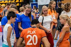 28-08-2016 NED: Nederland - Slowakije, Nieuwegein<br /> Het Nederlands team heeft de oefencampagne tegen Slowakije met een derde overwinning op rij afgesloten. In een uitverkocht Sportcomplex Merwestein won Nederland met 3-0 van Slowakije / Fabian Plak #20 handtekeningen jeugd