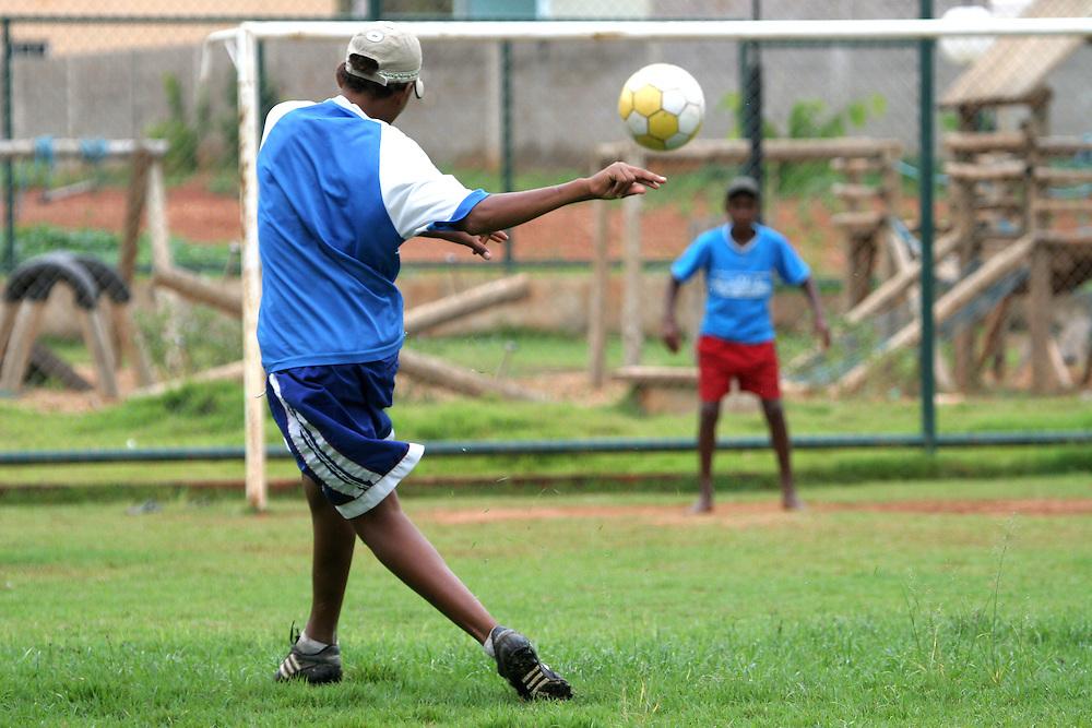 Itueta_MG, Brasil...Garotos jogando futebol em Itueta, Minas Gerais...The boys playing soccer in Itueta, Minas Gerais...Foto: JOAO MARCOS ROSA / NITRO