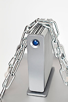 Nederland Rotterdam 10-08-2009 20090810 Foto: David Rozing ..Serie wet bescherming persoonsgegevens, digitale gegevens, gevoelige informatie, privacywetgeving, informatie.  Holland, The Netherlands, dutch, Pays Bas, Europe, computer, digitaal, digitale snelweg,  ict, dataverkeer, informatiestroom, informatiestromen, technologie, i.c.t., firewall, hacker, hardware, it, computer, cyber, cyberspace, cybercrime, hacken, internet, dataopslag, data opslag, computernetwerk, cracker, crackers, kraker, krakers, computervirussen, spyware, spam en denial of service attacks, filteren, filtering, TCP/IP, epd, e.p.d., elektronisch patientendossier, ketting, , opslaan, opslagruimte, opslagmedia, opslagmedium, externe harde schijf, hardware, vertrouwelijk, vertrouwelijke...Foto: David Rozing
