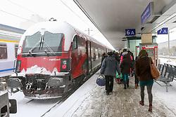 THEMENBILD - Winter in Wien, Österreich. Aufgrund von Schneefall kommt es in Wien zu einem Verkehrschaos und viele Züge sind verspätet, aufgenommen am 09. Februar 2015, . im Bild ein Zug und Fahrgäste // Winter in Vienna, Austria. The image was taken on 2015/02/09. AUT, EXPA Pictures © 2015, PhotoCredit: EXPA/ Sebastian Pucher