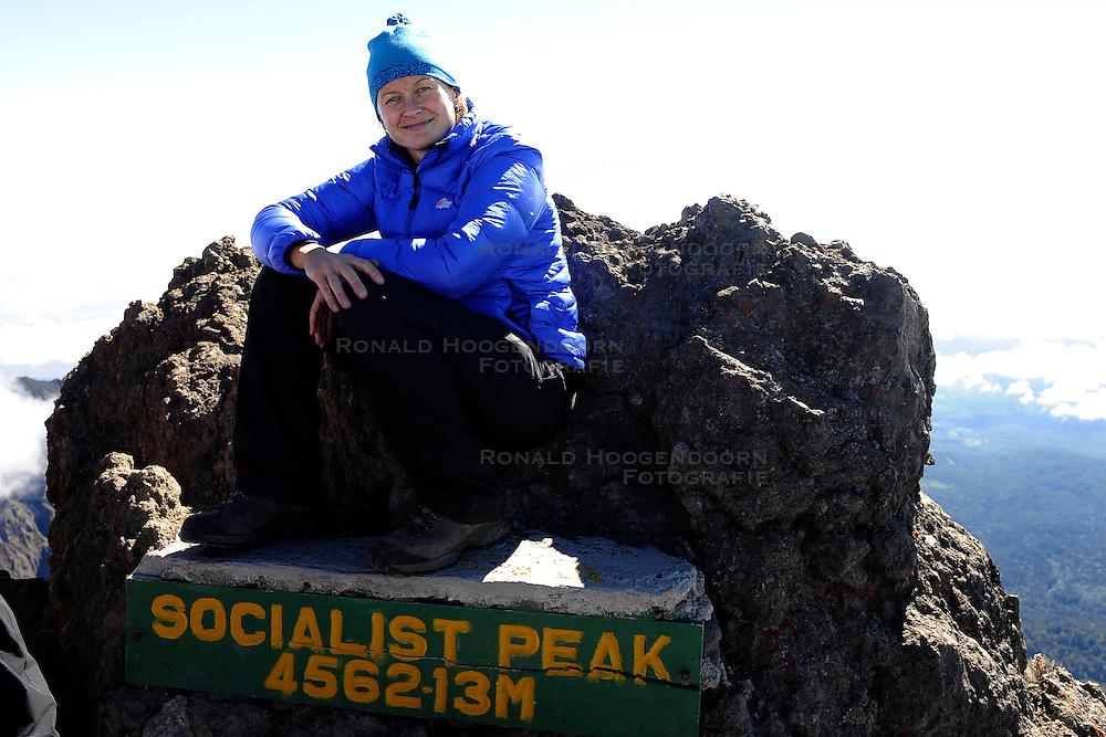 14-10-2008 REPORTAGE: KILIMANJARO CHALLENGE 2008: TANZANIA <br /> De dag naar de top van Mount Meru. Van Saddle Huts (3570m) naar Socialist Peak (4562m) terug naar Miriakamba Huts (2570m). De Kilimanjaro Challenge van de BvdGf.<br /> &copy;2008-FotoHoogendoorn.nl