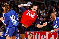 Håndball<br /> Foto: Dppi/Digitalsport<br /> NORWAY ONLY<br /> <br /> PARIS ILE DE FRANCE TOURNAMENT 2004 <br /> PARIS (FRA) - 05/12/2004<br /> <br /> FRANKRIKE v NORGE<br /> <br /> ELISABETH HILMO (NOR) - SOPHIE HERBRECHT (FRA)