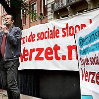 Nederland, Amsterdam , 14 JUNI 2014.<br /> Demonstratie Stop de sociale sloop! Verzet nu.<br /> De Initiatiefgroep 'Stop de sociale sloop! Verzet nu' organiseert een demonstratieve optocht op zaterdagmiddag 14 juni vanaf het Beursplein naar de Dokwerker in Amsterdam. De manifestatie op het Beursplein begint om 14 uur. De demonstratieve optocht vertrekt om 14.30 uur naar de Dokwerker. Daar op het Jonas Daniël Meijerplein staan vanaf ongeveer 15.30 uur sprekers en een optreden van 4Tuoze Matroze op het programma. Er zijn o.a. sprekers namens de Initiatiefgroep, Initiatief voor Betaalbaar Wonen Noord en het personeel van verzorgingshuis Sint Jacob – dat actie voert om sluiting te voorkomen.<br /> Op de foto:Roy Harms<br /> Foto:Jean-Pierre Jans