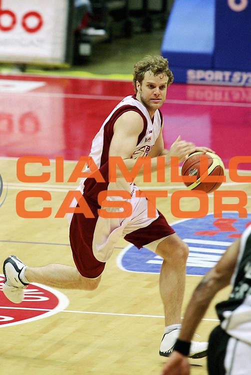 DESCRIZIONE : Livorno Lega A1 2005-06 Basket Livorno Whirpool Pallacanestro Varese<br /> GIOCATORE : Recker<br /> SQUADRA : Basket Livorno<br /> EVENTO : Campionato Lega A1 2005-2006<br /> GARA : Basket Livorno Whirpool Pallacanestro Varese<br /> DATA : 04/05/2006<br /> CATEGORIA : Palleggio<br /> SPORT : Pallacanestro<br /> AUTORE : Agenzia Ciamillo-Castoria/Stefano D'Errico
