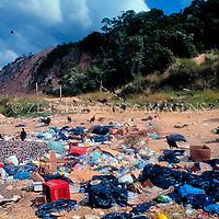 """Corvos """"Corvidae Corvus"""" em deposito de lixo a ceu aberto em Bombinhas, Santa Catarina, Brasil,  foto de Ze Paiva/Vista Imagens"""