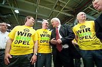 04 MAY 2009, EISENACH/GERMANY:<br /> Frank-Walter Steinmeier, SPD, Bundesaussenminister, im Gespraech mit Mitarbeiterern, waehrend dem Besuch des Opel Werks Eisenach, Opel Eisenach GmbH<br /> IMAGE: 20090504-01-165<br /> KEYWORDS: Arbeiter, Gespräch, Werksbesichtigung