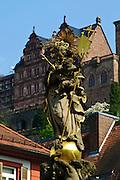 Heidelberg, Altstadt, Kornmarkt, Kornmarkt-Madonna, Schloss, Baden-Württemberg, Deutschland.| .Heidelberg, old town, Kornmarkt, Madonna, castle, Baden-Wurttemberg, Germany.