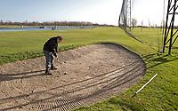 SCHIPLUIDEN - De bunker op de  driving' range met drijvende ballen , floating balls, op Golfbaan Delfland in Schipluiden. FOTO KOEN SUYK