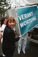 07.01.1999, Deutschland/Bonn:<br /> Angela Merkel, CDU Generalsekret&auml;rin, tr&auml;gt einen Umzugskarton &quot;Verantwortung&quot; als Sinnbild daf&uuml;r, da&szlig; die CDU die &quot;neue Mitte&quot; von der SPD zur CDU zur&uuml;ckholen m&ouml;chte, Konrad-Adenauer-Haus, Bonn<br /> IMAGE: 19990107-01/01-05