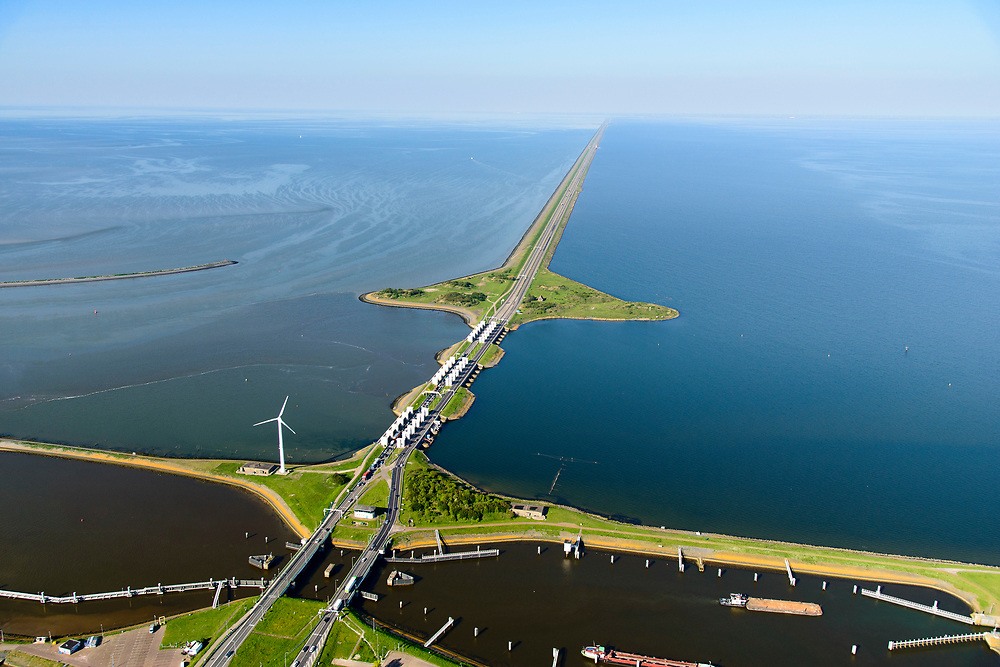 Nederland, Noord-Holland, Den Oever, 07-05-2018; begin Afsluitdijk met Stevinsluizen (spuisluizen). Foto richting Friesland - aan de verre horizon, links Waddenzee, rechts IJsselmeer.<br /> Beginning Enclosure Dam with Stevin Sluices and lock. Waddenzee (right).<br /> <br /> luchtfoto (toeslag op standard tarieven);<br /> aerial photo (additional fee required);<br /> copyright foto/photo Siebe Swart