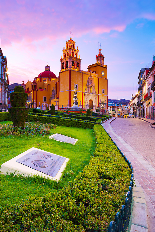 Dawn light puts on a show of colour for the basilica in Guanajuato, México