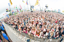 © Licensed to London News Pictures. 28/06/2015. Pilton, UK. Glastonbury festival goers cheer and sing as Lionel Richie performs at Glastonbury Festival 2015 on Sunday Day 5 of the festival on the The Pyramid Stage stage.  This years headline acts include Kanye West, The Who and Florence and the Machine, the latter being upgraded in the bill to replace original headline act Foo Fighters.  Photo credit: Richard Isaac/LNP