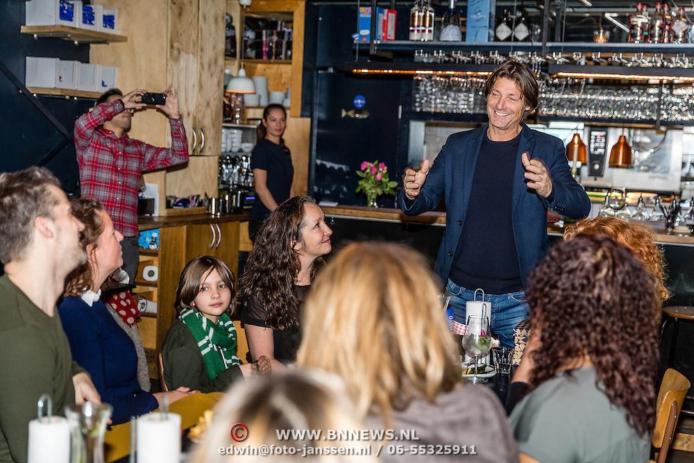 NLD/Amsterdamt/20170111 - Nieuwjaarsborrel Opvliegers 2, Rick Engelkes spreekt de cast toe